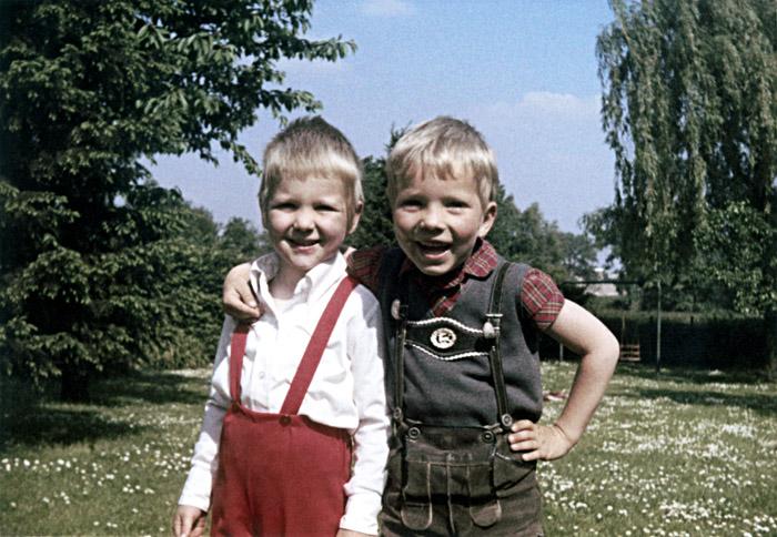 Meine Freundin Veronika Fritz & ich im Sommer 1970 bei ihr im Garten